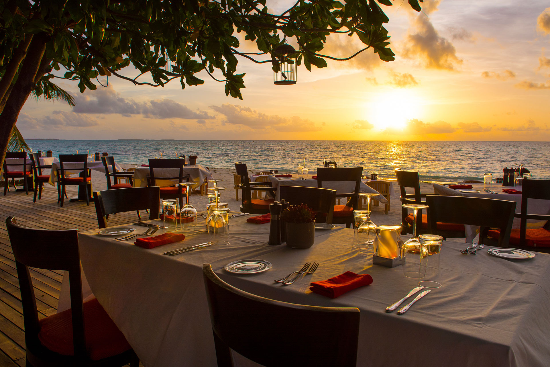Seaside Dining at Round Hill Resort
